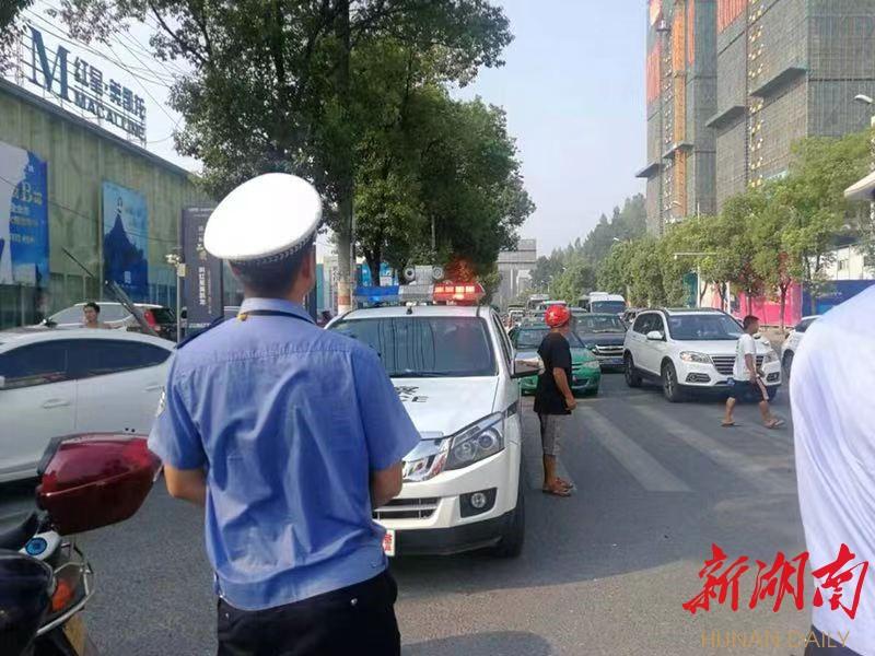 吉首交警巧用赶场日开展交通安全整治行动