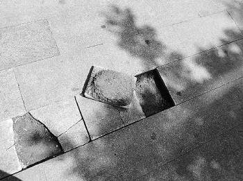 路面砖块翘起,济南女子连人带车摔倒嘴缝40多针!责任方究竟是谁