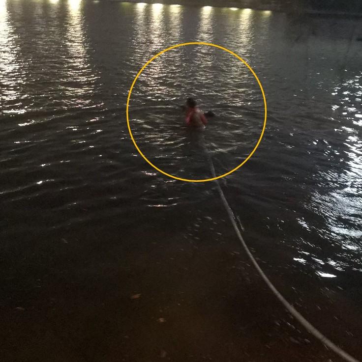 年轻小伙跳湖轻生 九江民警散步途中下水救人(图)