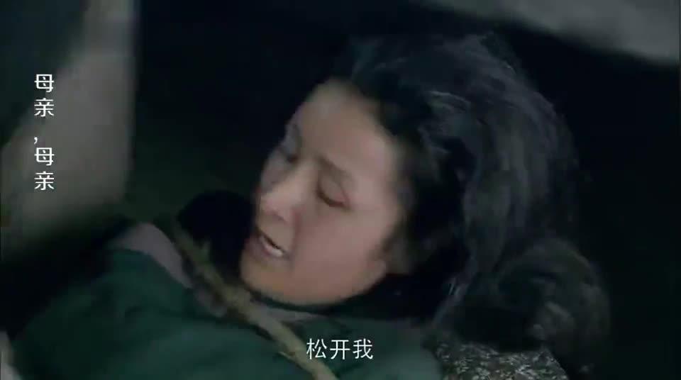 母亲有烟瘾,儿子看着来气心里却难受,结果跪在地上求母亲戒了