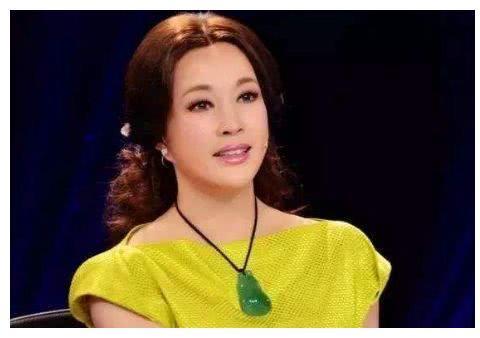 刘晓庆不再装嫩,穿着朴素搭配平底鞋,被网友赞:老的很优雅