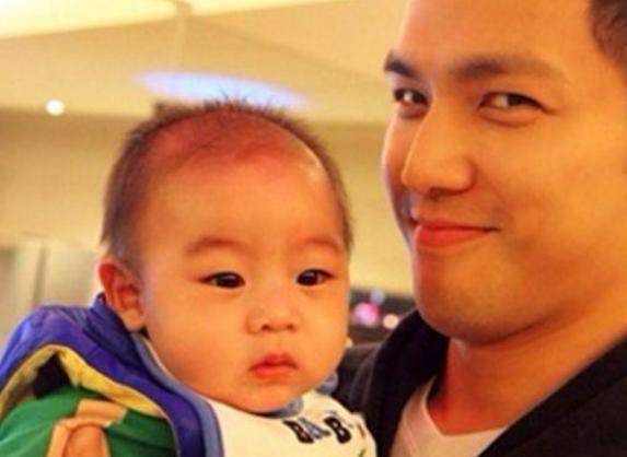 男明星抱孩子,李易峰陈伟霆吓哭宝宝,马天宇很轻松,胡歌很谨慎