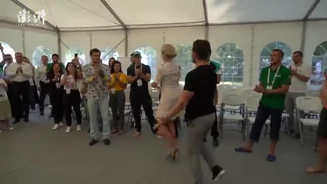 43岁俄罗斯外交部女发言人再秀舞技