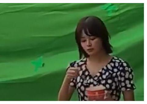 偶遇辛芷蕾拍戏吃路边摊,导演刚喊完咔,立马恶心吐到助理手上!