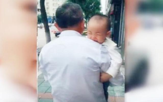 宝宝被强行断奶,在街上母子偶遇,宝宝委屈的样子让人心疼