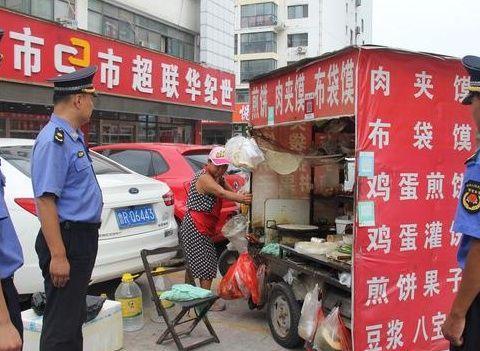城管部门加大执法力度治理菏泽火车站乱象,再扣5辆煎饼车