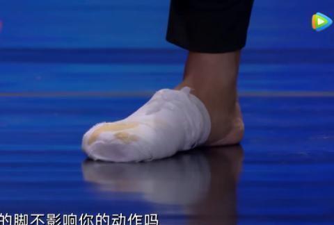 《达人秀》蔡国庆专唱反调,别人和他意见不一样,他紧张到握拳