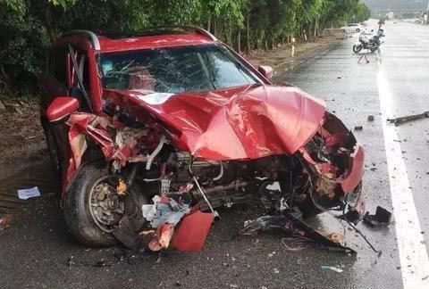 奇瑞失控撞树,发动机甩落一旁,车主直言心疼:维修费将近10万