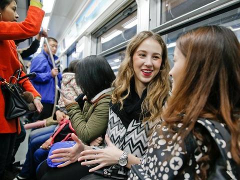 在中国工作的乌克兰美女,谈到收入笑得合不拢嘴!工资很高吗?