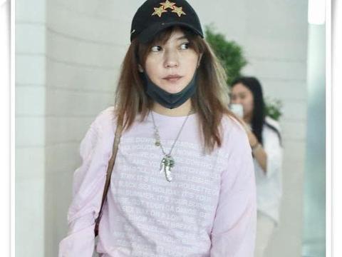 43岁赵薇机场无惧暗黄肤色秀素颜,低调着装美的真实