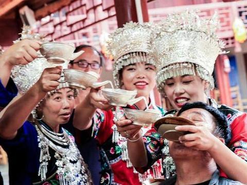 去贵州旅游注意,苗族女孩给的酒千万别喝,游客不听结果后悔不已