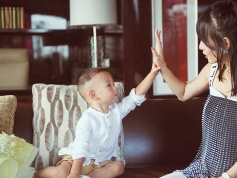 张嘉倪晒小儿子照片,网友却更关注她的身材