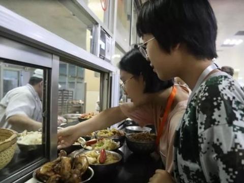 衡水中学学生们的开学第一餐曝光!看他们吃的是啥呢?开心吗?