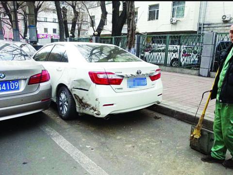 车停在路边被撞,只因这件事保险不理赔,车主:要我破财免灾?