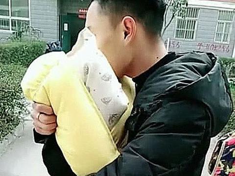 小伙抱着新生儿出门,邻居大妈凑热闹来打招呼,靠近后忍不住撇嘴