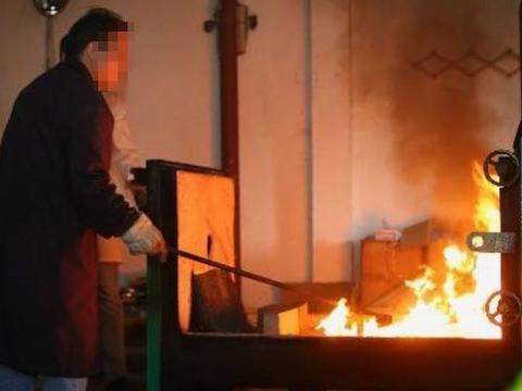 女子上班时猝死!火化后发现骨灰里异物,父母看后心酸!