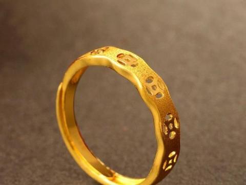 适合中年女人的几款黄金首饰,时髦显年轻,看着有品位