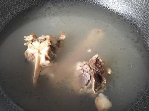这个骨汤便宜又实惠,三块钱炖一锅,又香又好喝,吃火锅必备