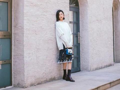 刘雯简直太适合混搭风了!白毛衣+民族风裙子,走到哪都在圈粉
