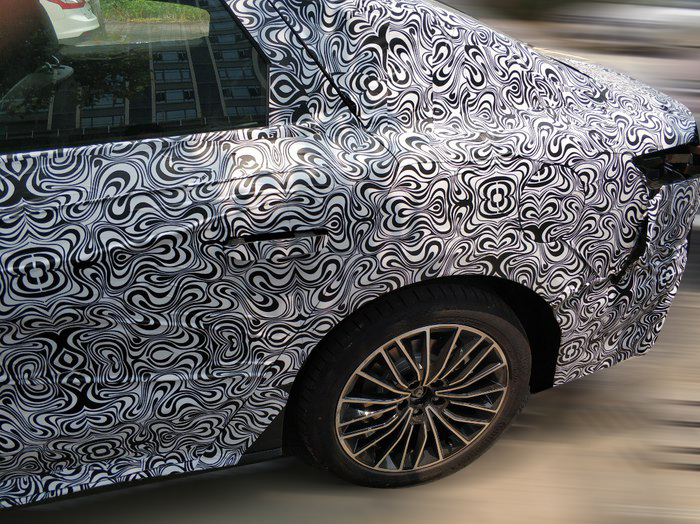 比亚迪全新中型运动轿跑内饰曝光,采用隐藏式门把手,还是四驱的