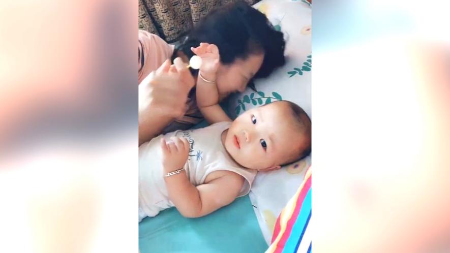 姐姐说要抱着弟弟睡觉,掀开被子的那瞬间,真是让妈妈哭笑不得