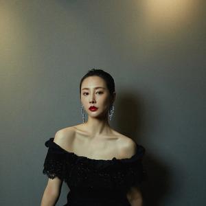 《三生三世十里桃花》她是素锦,今穿一字肩礼服,配红唇美艳动人