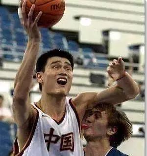 NBA球员们亲吻的瞬间!阿泰皮尔斯相爱相杀,亲姚明一口太难了