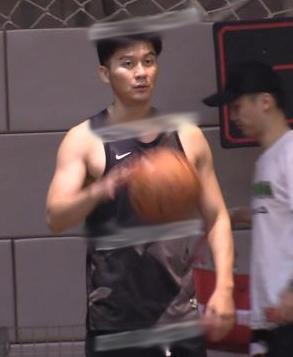 李晨带范丞丞一起打篮球?身材壮硕精神头足,球场炫技失败超搞笑