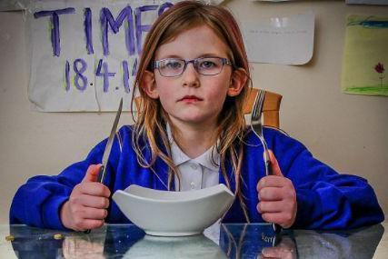 英国一女孩患怪病,无痛觉还很少睡,医生也束手无策!