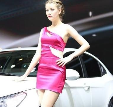 现代车模气质不凡,樱桃小口大长腿,车友:白的晃眼