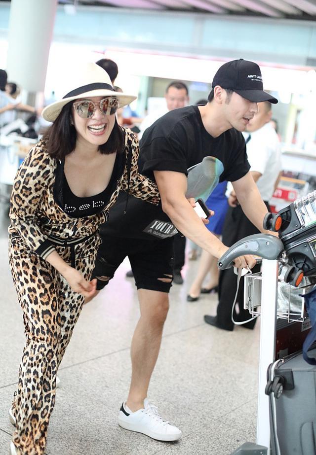 钟丽缇瘦好多,穿豹纹紧身服秀身材,当众和丈夫搂搂抱抱狂撒狗粮
