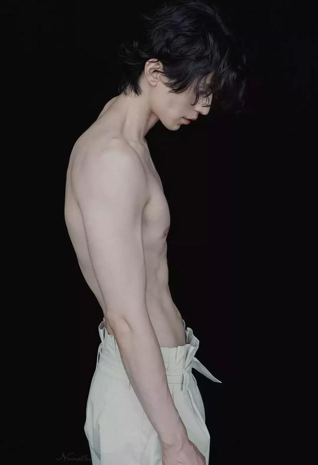 白到发光的雕塑般身材,你敢相信他37岁?