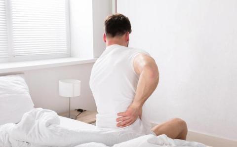 男人经常腰痛,可能和疾病有关!2种情况要警惕
