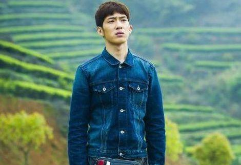 出生后被父母抛弃,靠奶奶拾荒养大,如今29岁的他比杨洋还红