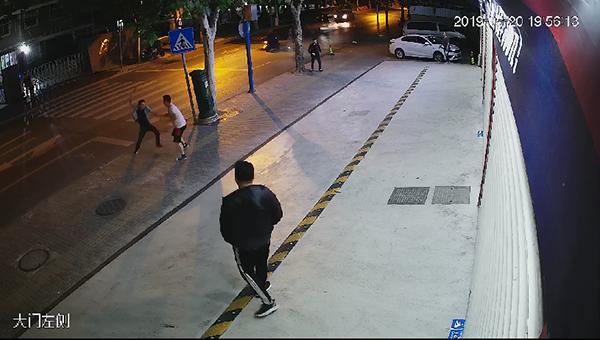 包裹未送上门被投诉 快递员持刀当街追砍被害人