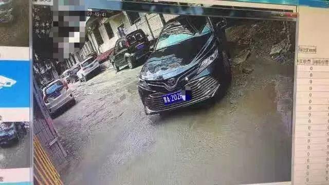 诡异!哈尔滨这小区进出这么多车,咋都挂一个牌?