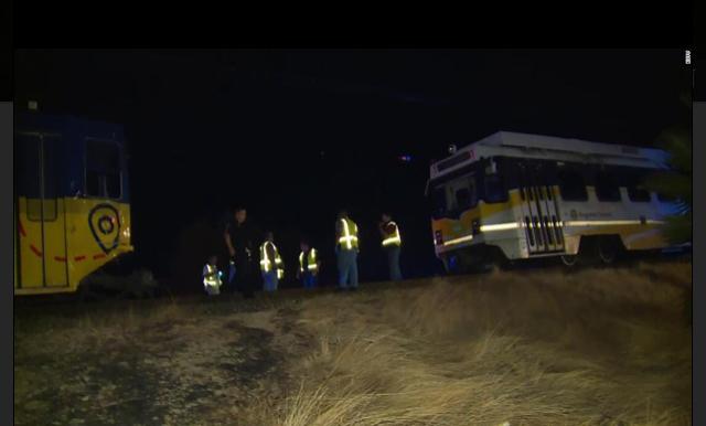 美国加州发生轻轨列车脱轨事故,已致27人受伤