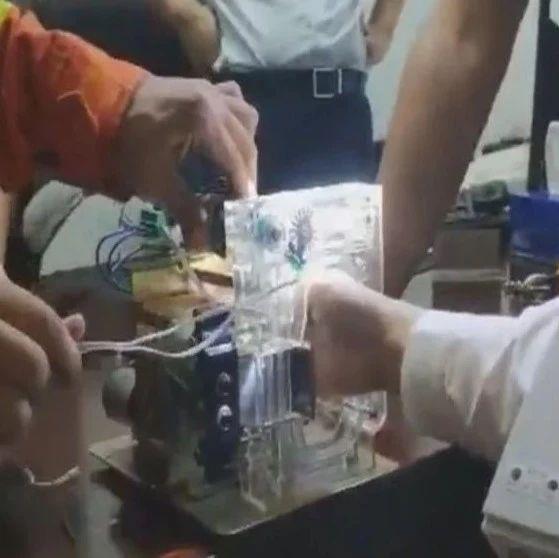 """三亚一银行员工手被捆钞机""""咬住了"""",紧急求救……"""