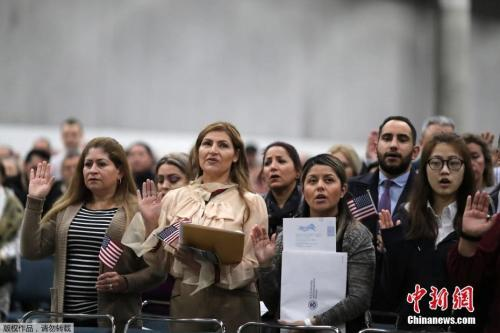 当地时间2018年12月19日,美国洛杉矶,来自100多个国家的6000多名移民参加入籍仪式。