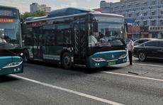 情报站 济南历山路和解放路路口两公交相撞,一乘客腿部受伤