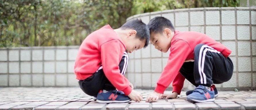 妈妈急疯!暑假过完10岁男孩突然站不直了!医生:现代孩子十有八九有这问题!