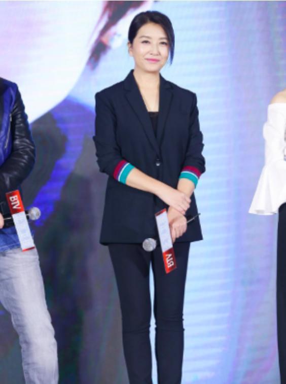 51岁江珊近照优雅美成30岁,女儿像极高曙光比她还美