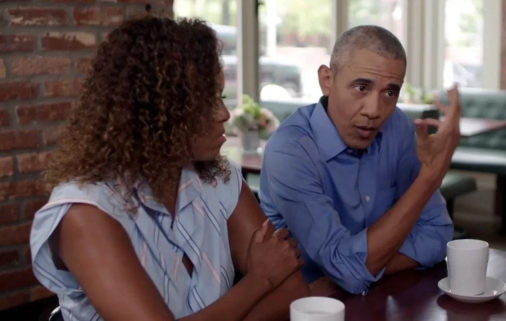 ▲贝拉克·奥巴马(左)与米歇尔·奥巴马同导演交谈(视频截图)