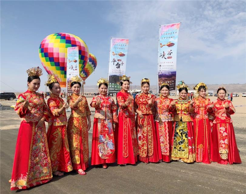 新疆阿克苏市举行了一场空中集体婚礼