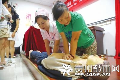 应急救护培训进社区 医生普及急救知识