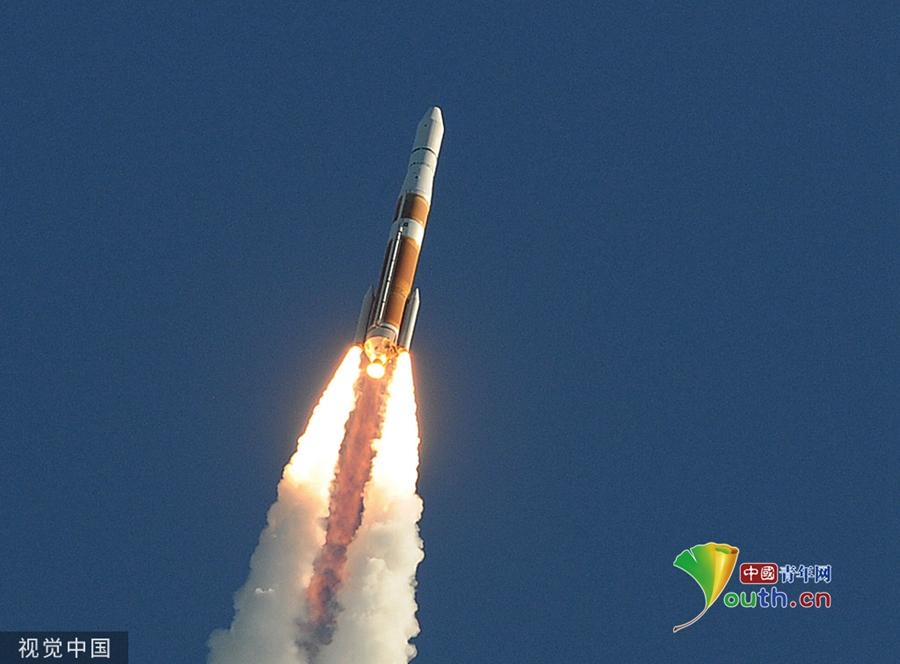 """美国德尔塔-4运载火箭搭载""""麦哲伦""""号航天器发射升空"""