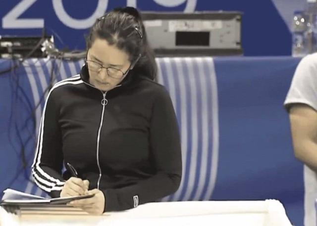巩俐观看中国女排比赛,首度饰演体育人物,她努力的样子真美
