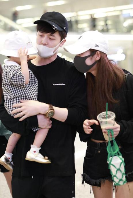 颖儿付辛博罕见带娃现身,一家人互动很有爱,这点看出他是好爸爸