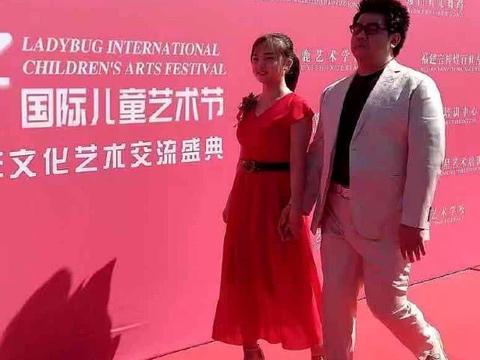 20岁林妙可近照曝光,穿红裙显壮实,工作造型由经纪人妈妈打理