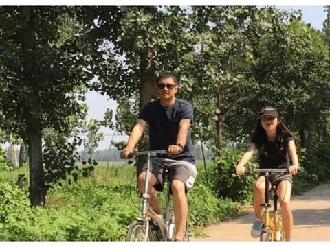 李亚鹏晒与女儿暑假照: 父女两人乡间骑行接地气, 李嫣长高变靓
